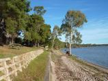 Horsham / Northern side of Green Lake, Western Highway, south-east of Horsham / South-easterly view along lake foreshore at picnic area