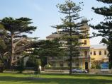 Queenscliff / Citizens Park along Gellibrand Street and coastline / View west through park towards Ozone Hotel
