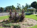 Sale / Botanic Gardens / Tennis courts and shelter